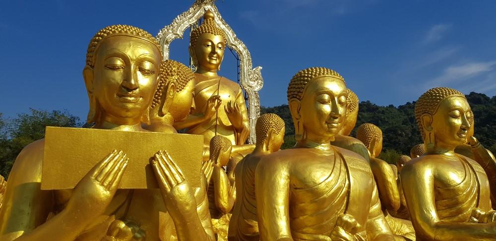 beelden van boeddhistische monniken
