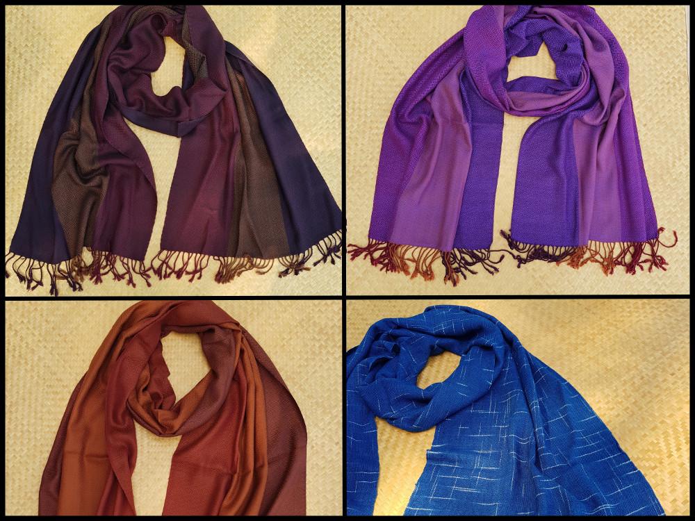 een paar hand geweven sjaals die we straks verkopen