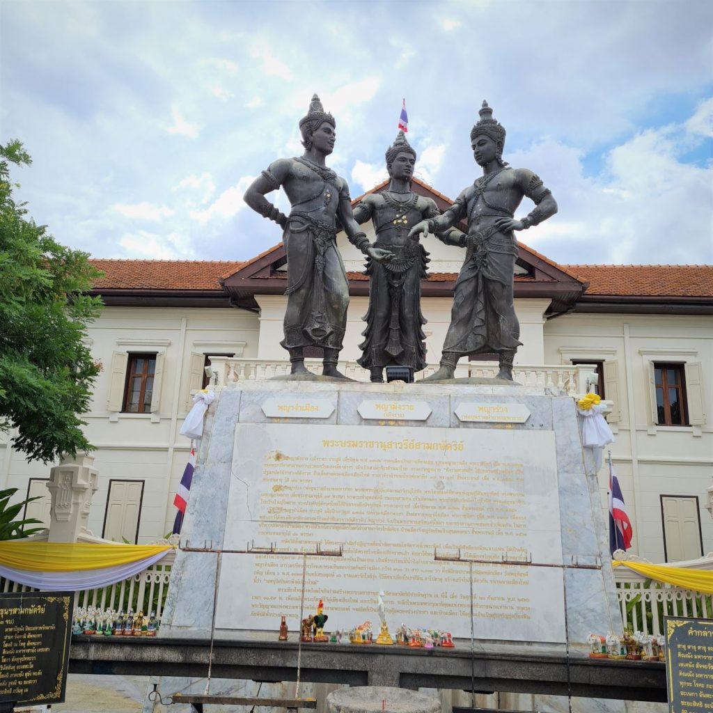 de drie koningen voor het museum in Chiang Mai